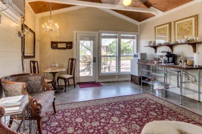 Travis Street: Travis Cottage - Fredericksburg Vacation Rental
