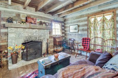 Tanglewood Farms: Bear Cabin - Fredericksburg Vacation Rental