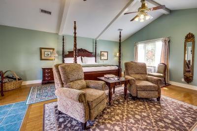 The Victorian Mansion: Carriage House - Fredericksburg Vacation Rental