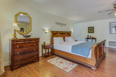 The Victorian Mansion: Suite Sophia - Fredericksburg Vacation Rental