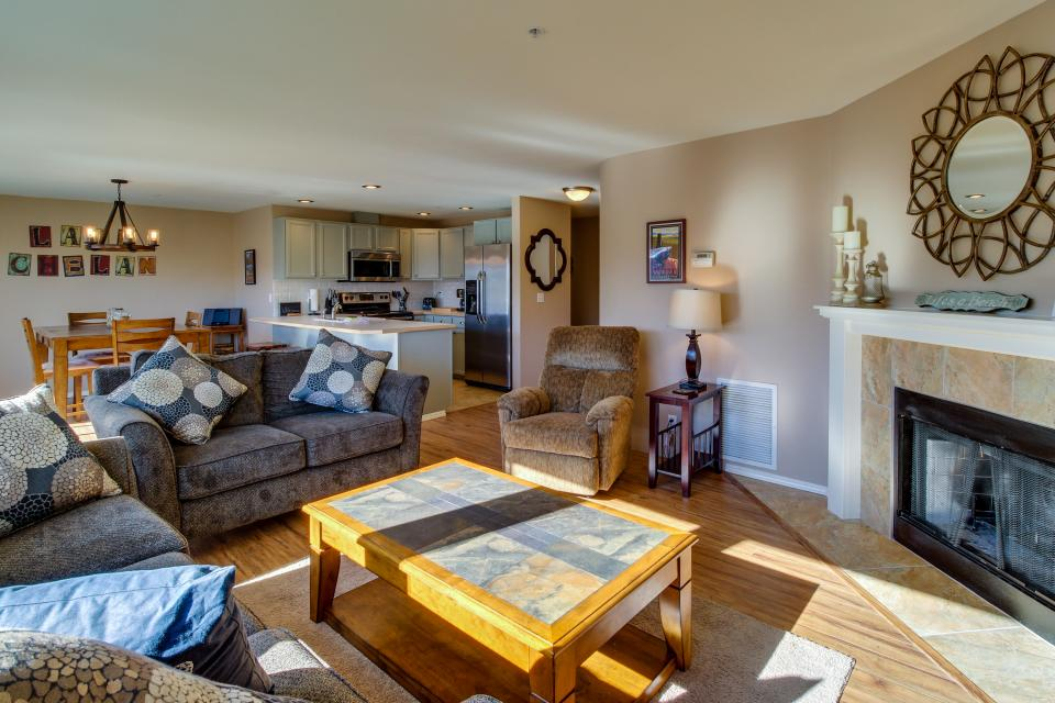 Park Pointe: Breezy Bliss (A203) - Chelan Vacation Rental