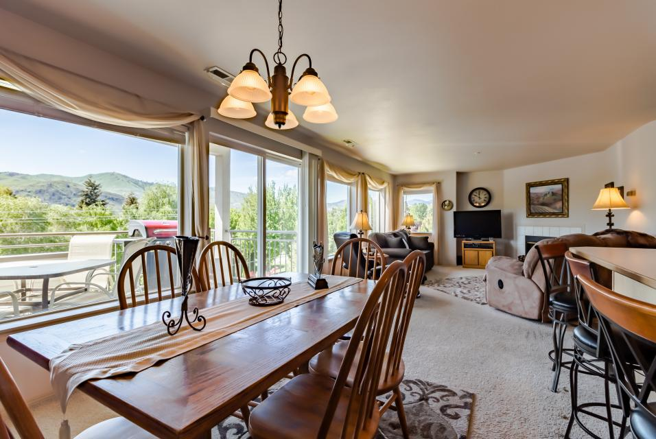 Park Pointe: City Sights Chalet (A204) - Chelan Vacation Rental