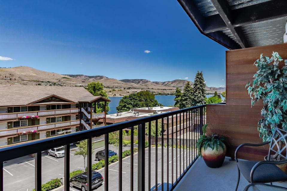 Chelan Resort Suites: The Water View Wonder (#304) - Chelan Vacation Rental